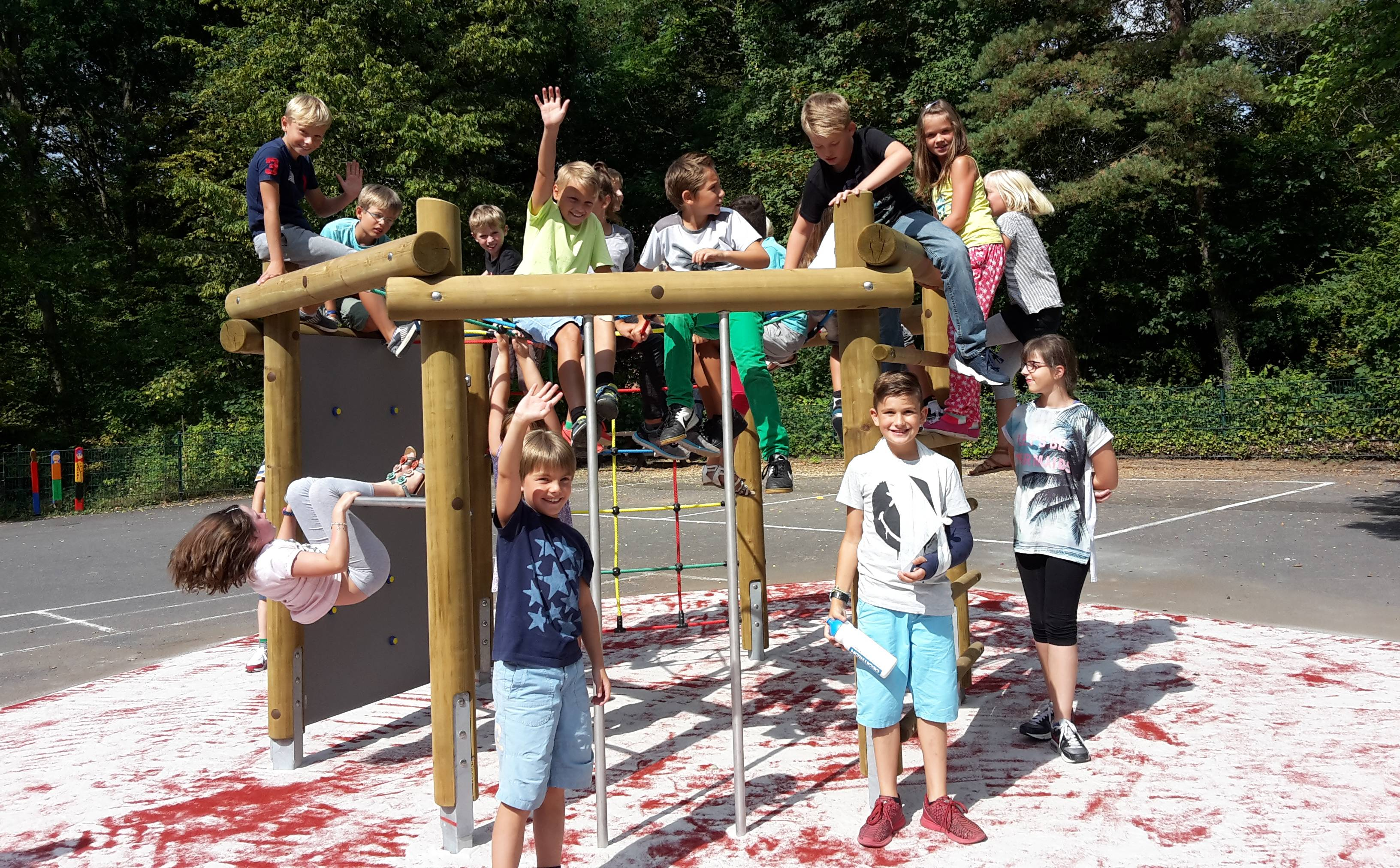 Klettergerüst Schulhof : Neues spielgerät auf dem schulhof grundschule erzhütten